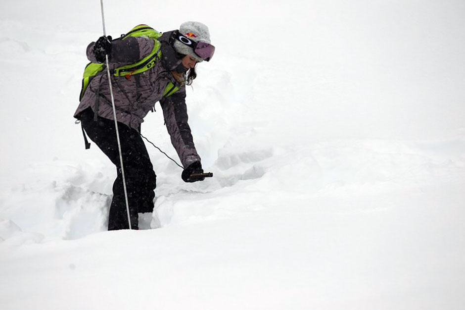 BCA-athlete-tatum-monod-avalanche-transceiver-940x626